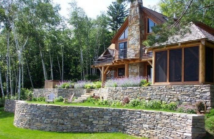 Загородный дом на высокой террасе из камня