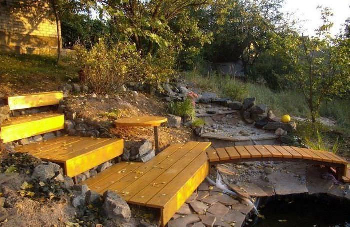 Деревянные ступени садовой лестницы, ведущие вниз участка