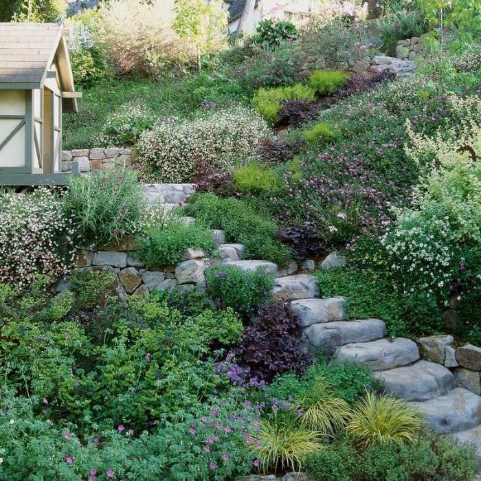 Каменная лестница на крутом склоне загородного участка