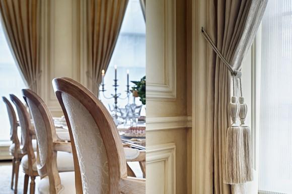 Портьеры и отделка стульев в классической столовой комнате