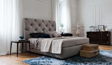кровати с белым кожаным изголовьем